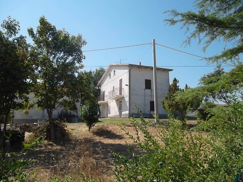 rif 876 – Atessa (CH)- Casa di campagna con giardino – € 60.000