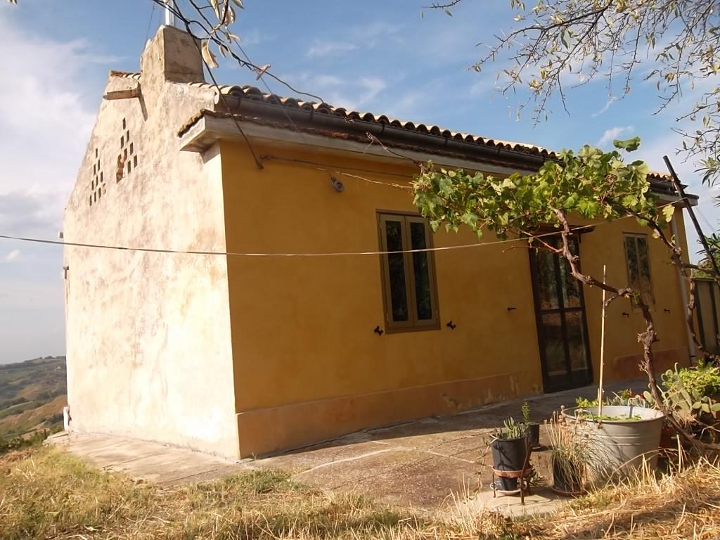 rif 870 – Pollutri (CH) – Casa in campagna con terreno e vista panoramica –