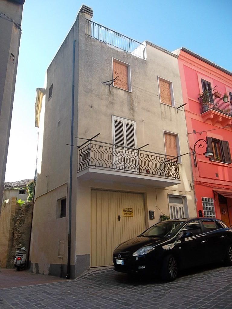 rif 874 – Casa di paese con terrazza – € 45000