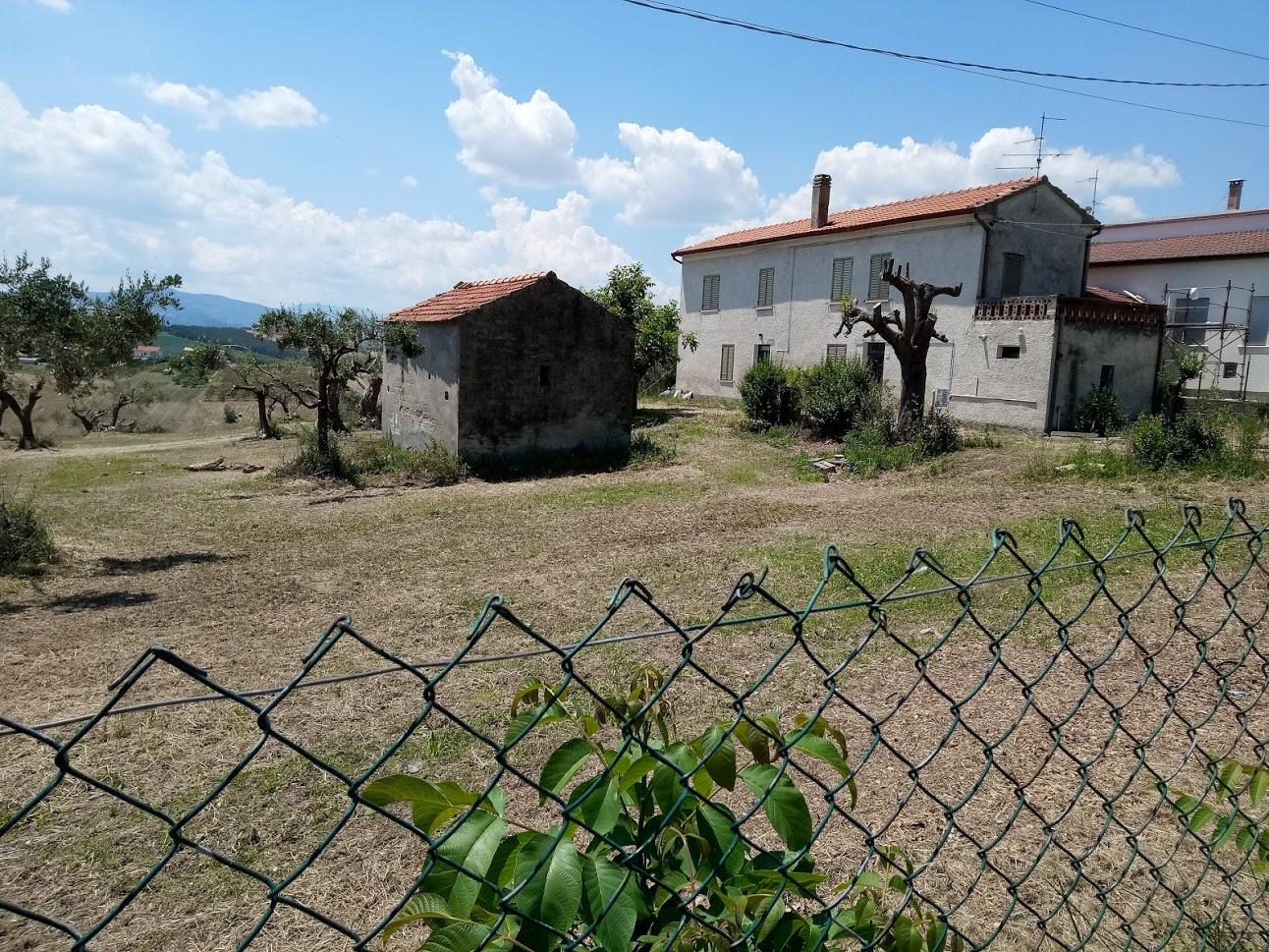 rif 929 – Scerni (CH) – Casolare con giardino e terreno ed- € 100.000