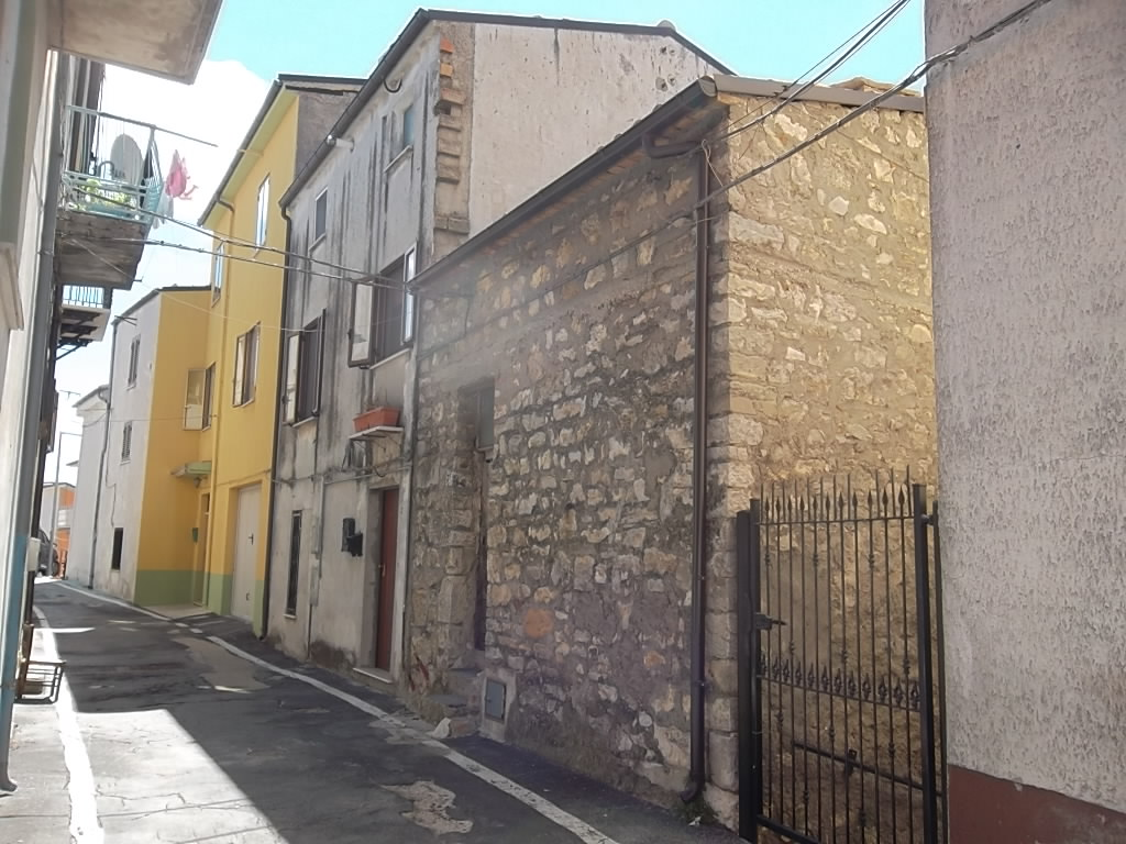 rif 1034 – Liscia – Casa abitabile in paese – €  50.000 trattabili