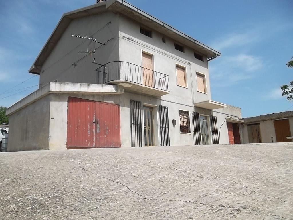rif 1066 – Atessa (CH) – Casolare con terrazzo panoramico – € 150000 trattabili