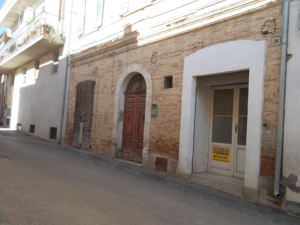 rif 1095 Pollutri (CH) – Abitazione del 1800 al centro paese con terrazzo panoramico –
