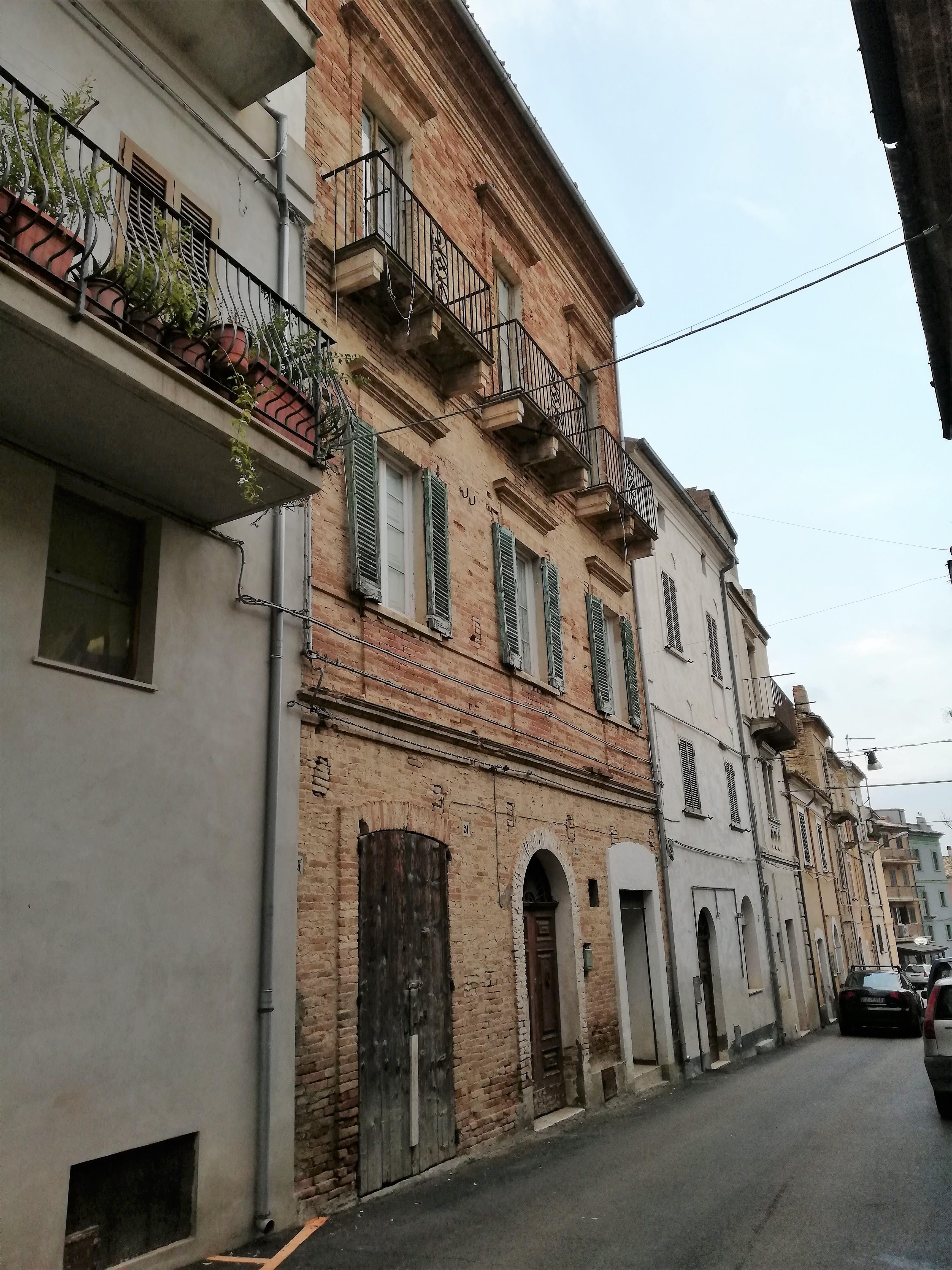 rif 1095 Pollutri (CH) – Abitazione del 1800 al centro paese con terrazzo panoramico – € 85000