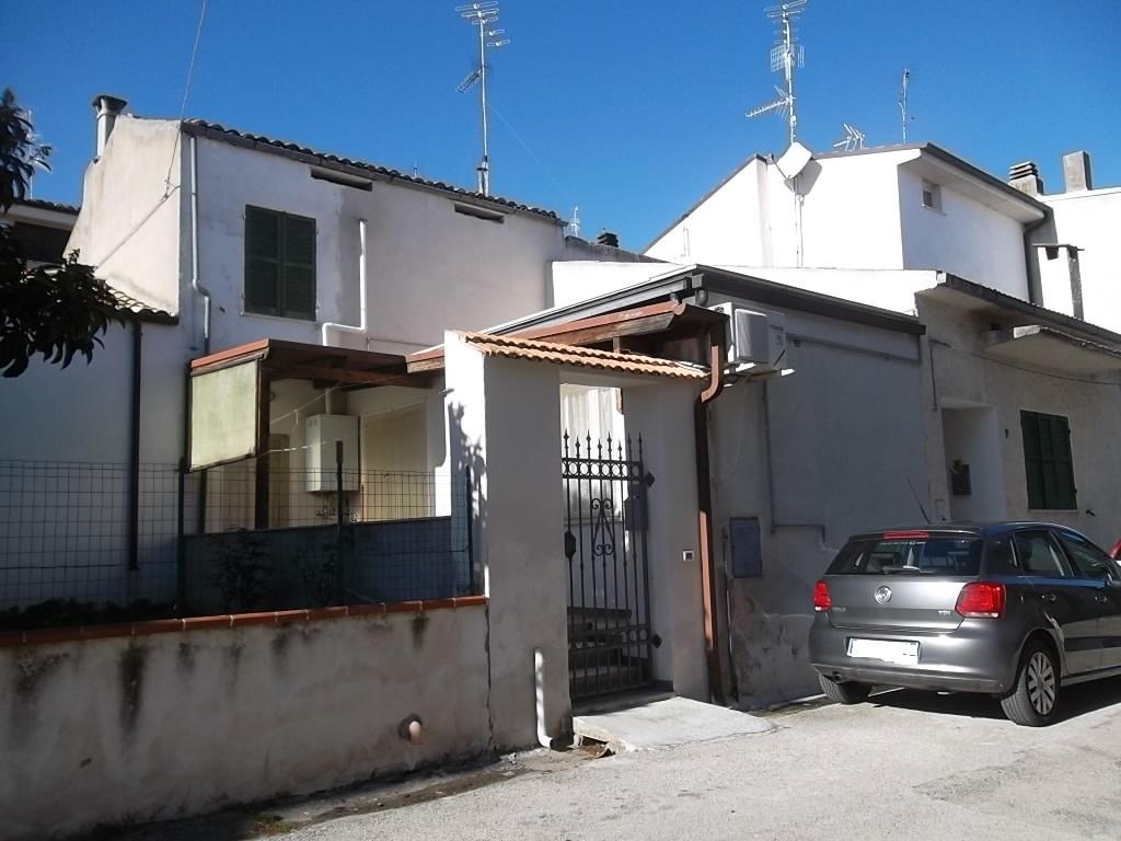 rif 1116 – Casalbordino (CH) – Abitazione in centro paese con terrazzo e cortile – € 75000 Vendita o Permuta