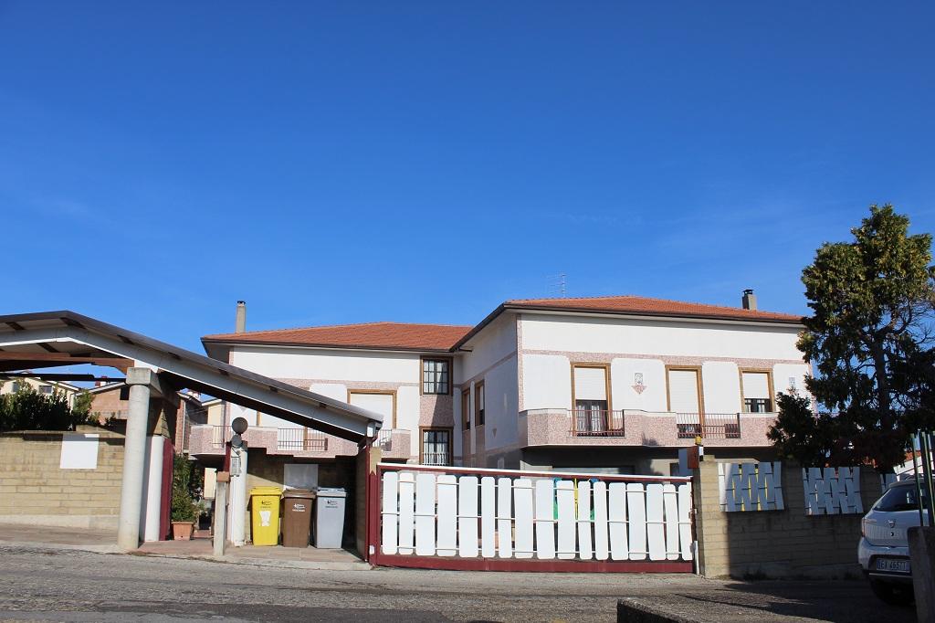 rif 1174 Vasto (CH) – Villa con tre appartamenti e locali negozio