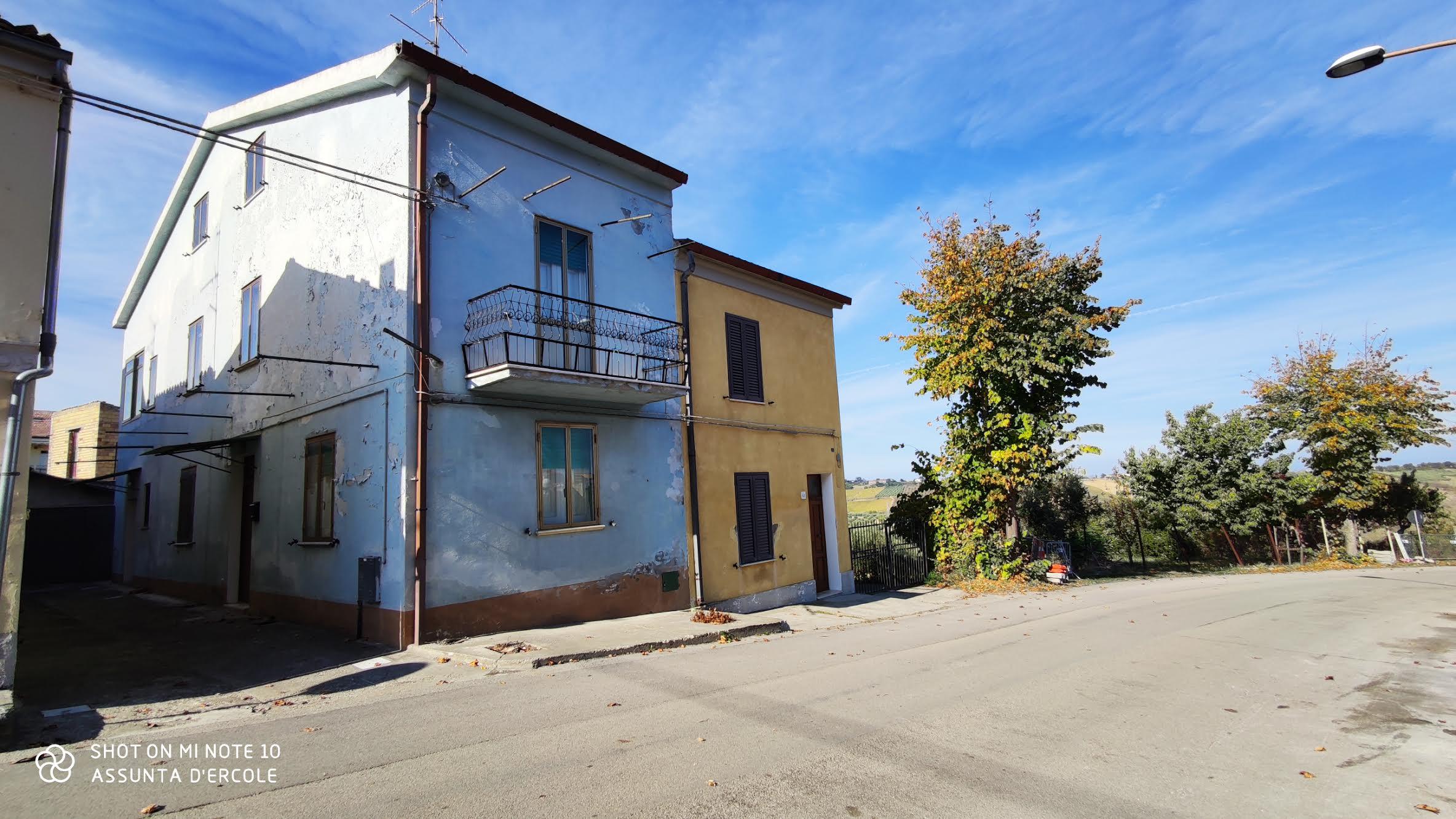 rif 1222 – Casa abitabile con cortile e orto – € 69000